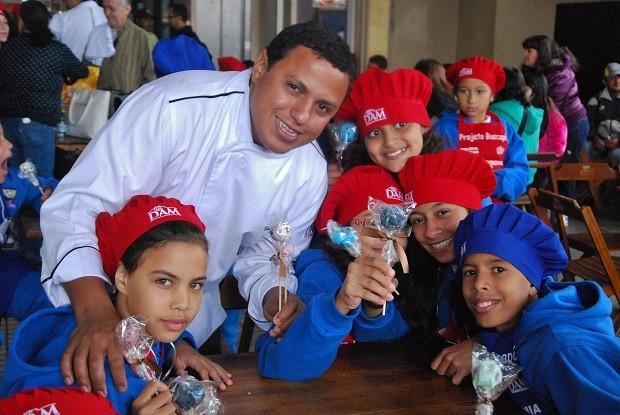 Eudes Assis com crianças do Projetos Buscapé (Foto: Divulgação)