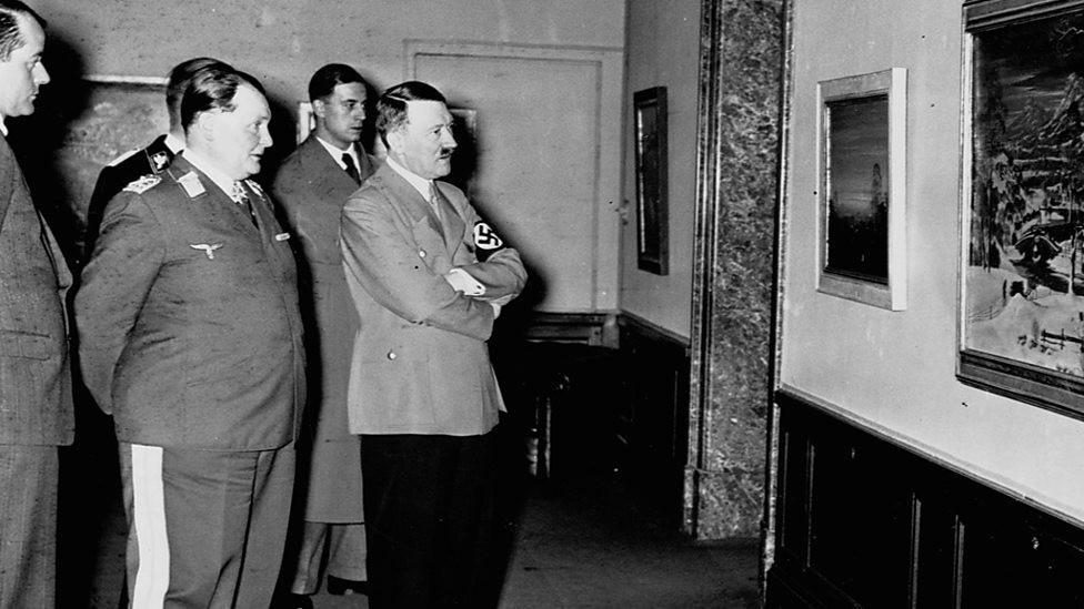 Hermann Goering e Adolf Hitle na exposição de Arte Degenerada (Foto: Reprodução/ The Degenerate Art Exhibition – when Hitler Declared War on Modern Art)