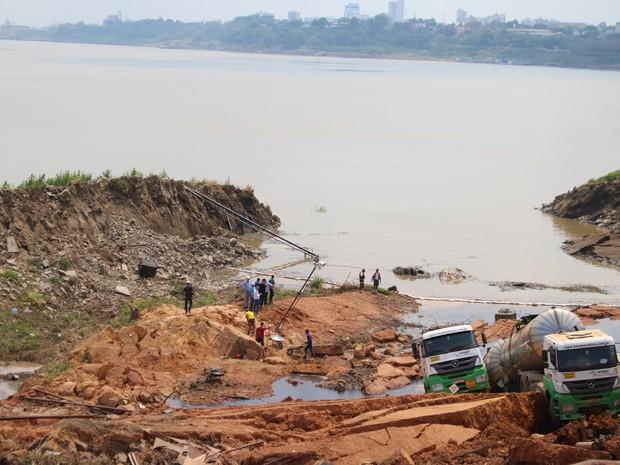 Delizamento de terra ás margens do Rio Madeira em Porto Velho (Foto: Hosana Morais/G1)