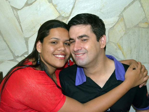 Casal se conheceu pela internet, e mesmo com a revelação da deficiência, ficaram juntos (Foto: Lucas Soares / G1)