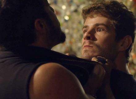 Benjamin flagra Mari com Grego e parte para a briga