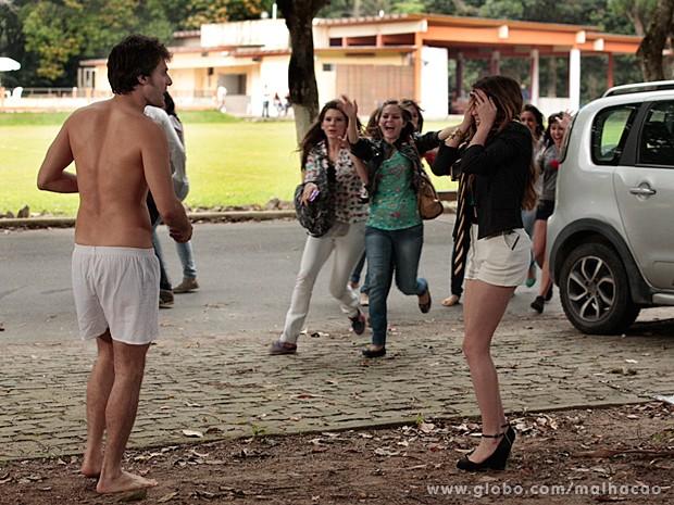 Martin cai no plano de Flaviana e acaba sem roupas no pátio (Foto: Malhação / TV Globo)