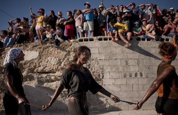 Moradores de vilarejo se cobrem de graxa em festival espanhol