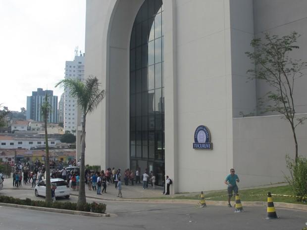 Parte externa do shopping, que tem conexão com a Estação Tucuruvi do Metrô (Foto: Nathália Duarte/G1)