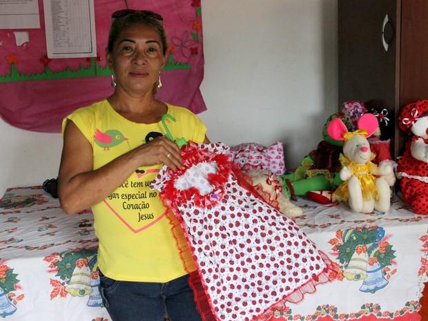 A artesã Kelen Cristina Ferreira, 48 anos, foi a primeira participante a ministrar aulas na associação (Foto: Ive Rylo/ G1 AM)