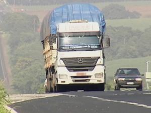 Caminhões evitam passar em balanças nas estradas da região (Foto: Reprodução/ TV TEM)