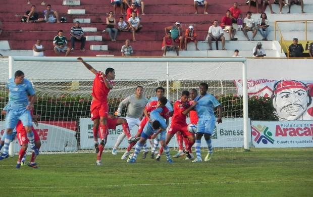 Jogo reservou principais emoções para o final (Foto: Givaldo Batista e Cleverton Ribeiro)