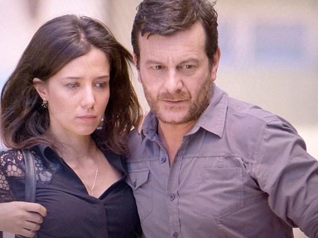 Josué acompanha Cora em casa (Foto: TV Globo)