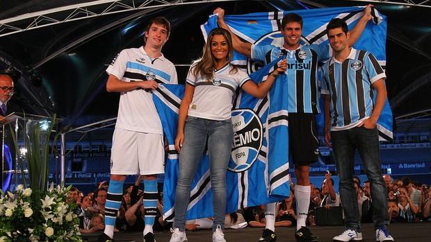 686c89943c2ff Ex-BBB s Jonas e Monique no lançamento dos novos uniformes do Grêmio (Foto