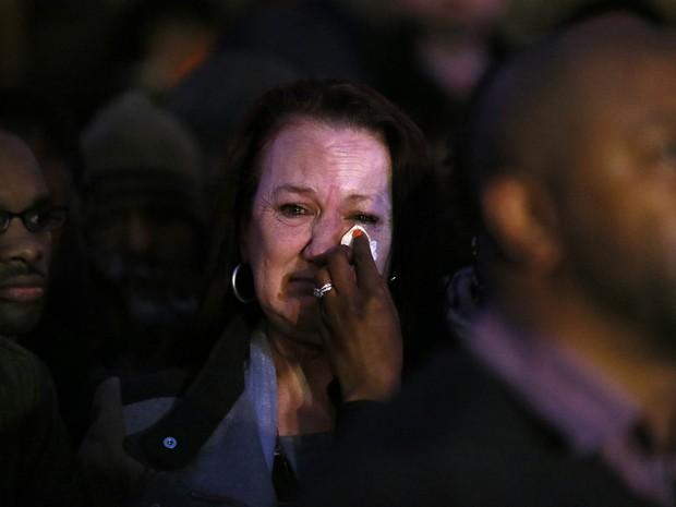 Pam Duggan, mãe de Mark Duggan, tem as lágrimas enxugadas por um familiar do lado de fora da Corte de Justiça de Londres, ao saber o resultado do julgamento (Foto: Stefan Wermuth/Reuters)