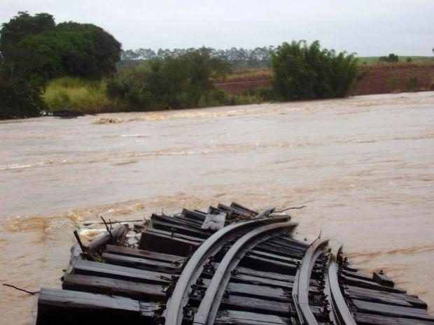Ponte férrea foi destruída pela água em Andirá, no Paraná (Foto: Airton Ferreira)