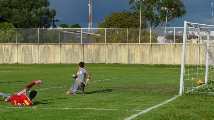 Enival tenta ampliar, mas bola esbarra caprichosamente na trave (Foto: Nailson Wapichana)