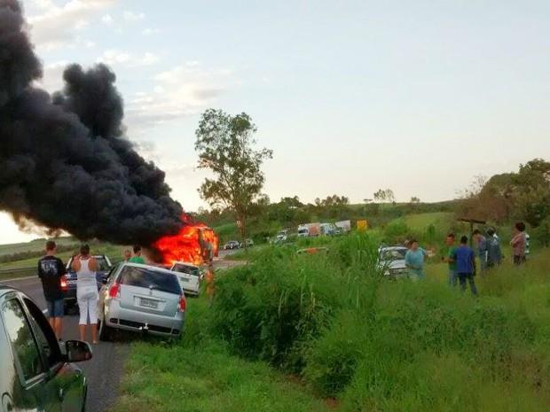 Ônibus interestadual pega fogo e fica destruído em Formiga (Foto: Marco Antônio/Tv Bambuí)