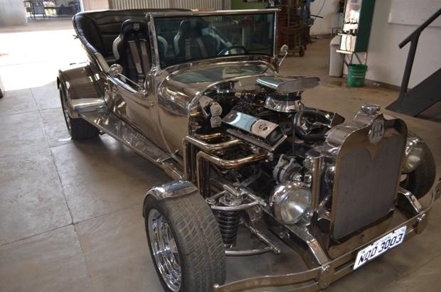 Carro de empresário de Vilhena é, possivelmente, o único no Brasil feito somente de aço inox (Foto: Flávio Godoi/G1)