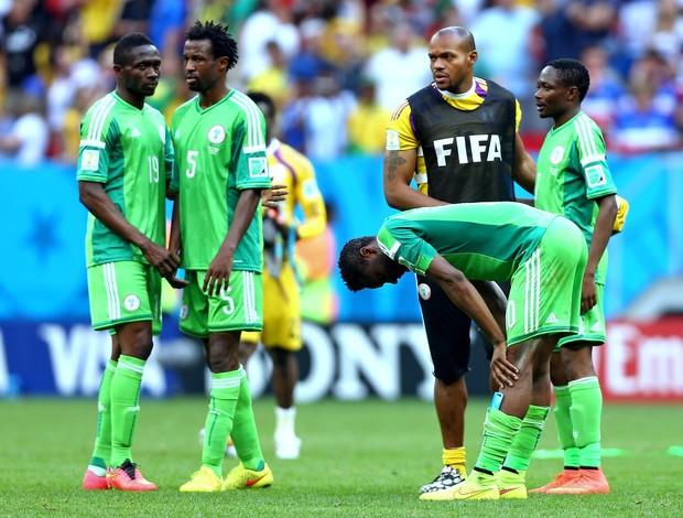 Jogadores da Nigéria lamentam eliminação da Copa (Foto: Getty Images)