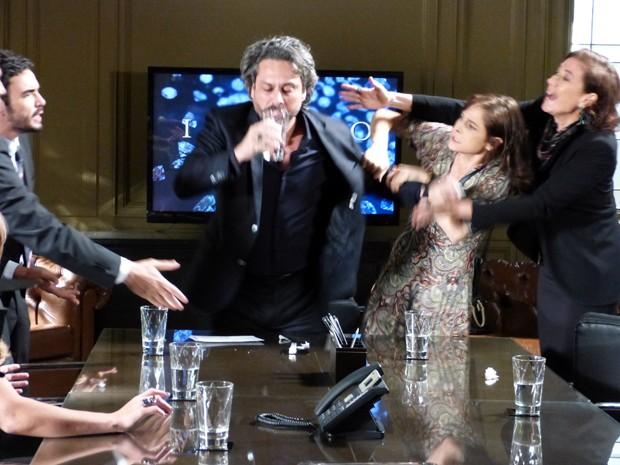 Ele engole os pedaços do teste e todos ficam desesperados  (Foto: Império/TV Globo)