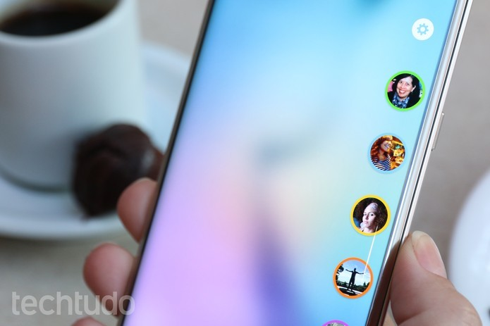 TouchWIZ, o Android da Samsung, permite acesso aos atalhos e outros recursos da tela curva (Foto: Lucas Mendes/TechTudo)