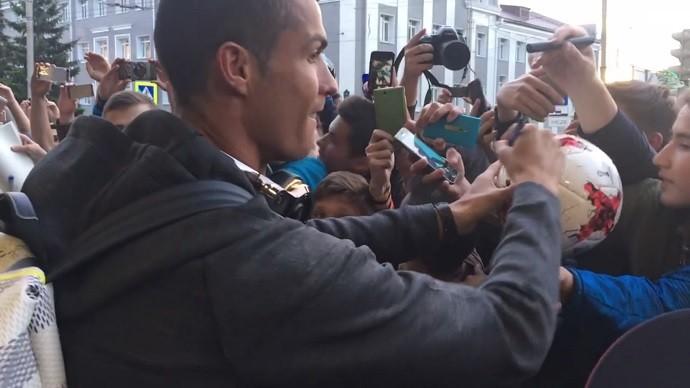 Ronaldo atende torcedores no hotel em Kazan