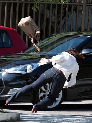 A gata cai com tudo no chão! (Foto: Sangue Bom/TV Globo)