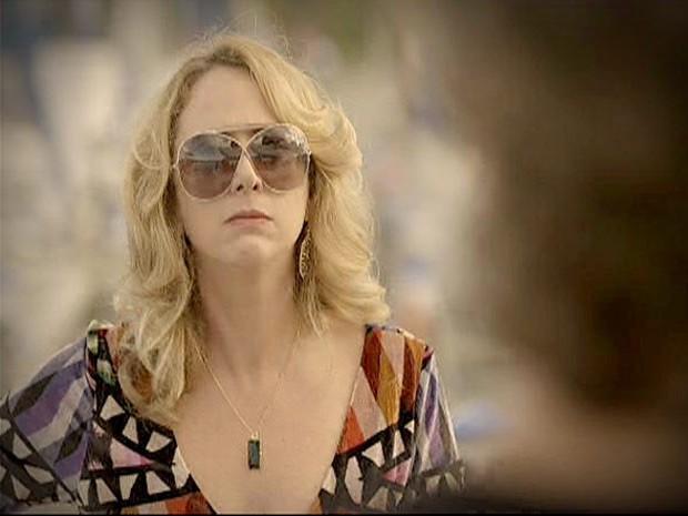 Ivana sente que tem outra na parada ao ver a lancha de Max  (Foto: Avenida Brasil/ TV Globo)