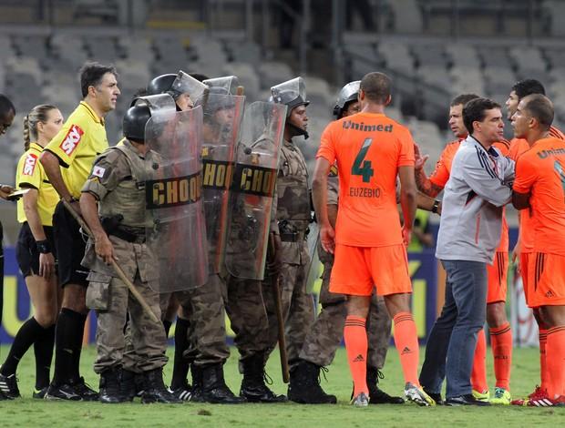 Discussão Felipe árbitro Fluminense x Cruzeiro (Foto: Paulo Fonseca / Photocamera)