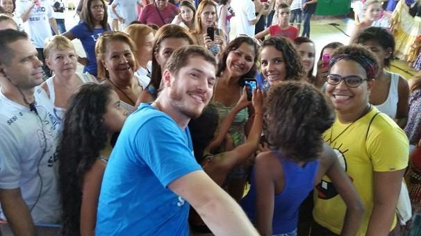 O ator Caio Paduan no meio dos fãs (Foto: Divulgação/TV Globo)