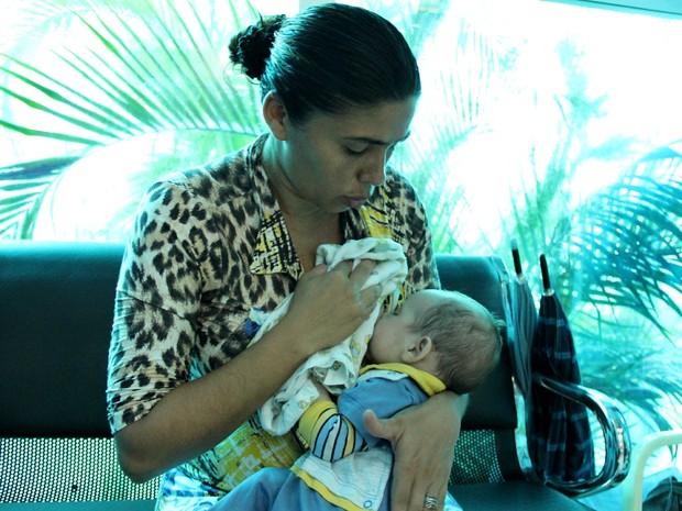 Mãe amamenta antes de fazer prova do Enem, em Manaus (Foto: Jamile Alves/G1 AM)