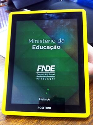 Tablets roubados possuem logomarca do MEC  (Foto: Pollyana Araújo/ G1)
