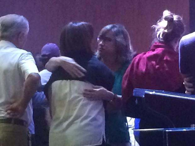 Família de José Gomes recebe o apoio de amigos, em Itumbiara, Goiás (Foto: Murillo Velasco/ G1)