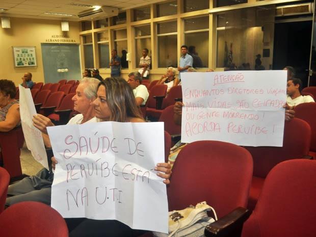 Moradores levaram cartazes para protestar na Câmara (Foto: Lelo Bianchini/Arquivo Pessoal)