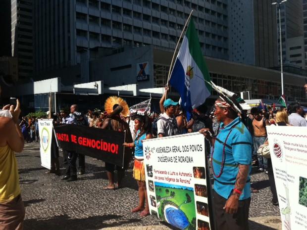 Índios chegam ao Largo da Carioca (Foto: Alba Valéria Mendonça/G1)