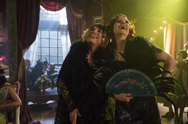 Regina Duarte e Maria Eduarda de Carvalho nos bastidores de 'Tempo de amar' (Foto: Victor Pollak/TV Globo)