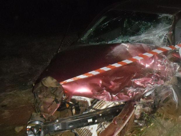 Motorista que tentava a ultrpassagem ficou preso nas ferragens e morreu no local.  (Foto: Fotos cedidas/ cinegrafista amador)