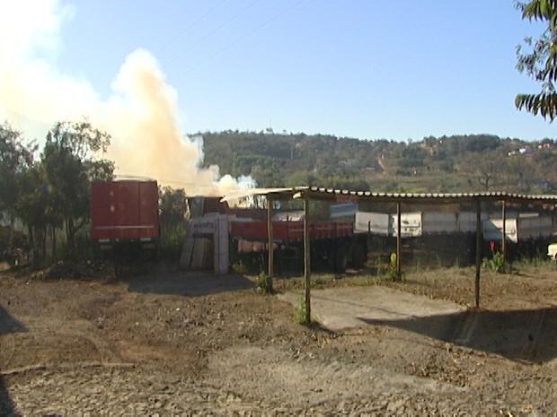 incêndio em reformadora de carretas na MG-050 em Divinópolis MG 2 (Foto: Reprodução/TV Integração)