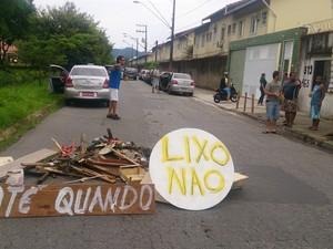 Moradores também protestaram contra responsáveis por descarte irregular (Foto: LG Rodrigues / G1)
