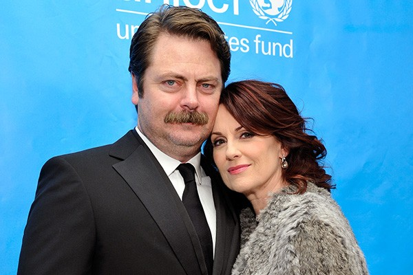 Sabia que Ron Swanson de 'Parks & Recreation' é casado com a Karen de 'Will & Grace'? Os atores Nick Offerman e Megan Mullally são casados há onze anos e o fato de ele ser doze anos mais novo do que ela nunca atrapalhou a relação, segundo o casal. (Foto: Getty Images)