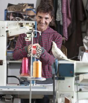 """""""Na primeira vez que usei máquina de costura fui parar no hospital""""  (Foto: Divulgação)"""
