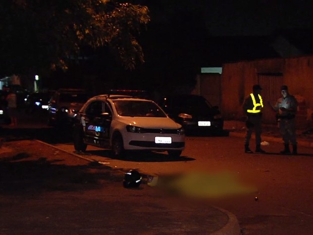Motociclista morre após bater em carro da Guarda Civil Metropolitana de Goiânia Goiás (Foto: Reprodução/TV Anhanguera)
