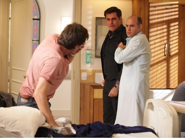 Fernando tenta apartar a briga dos irmãos (Foto: Alto Astral/Gshow)