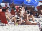 Nicole Bahls curte praia com amigos