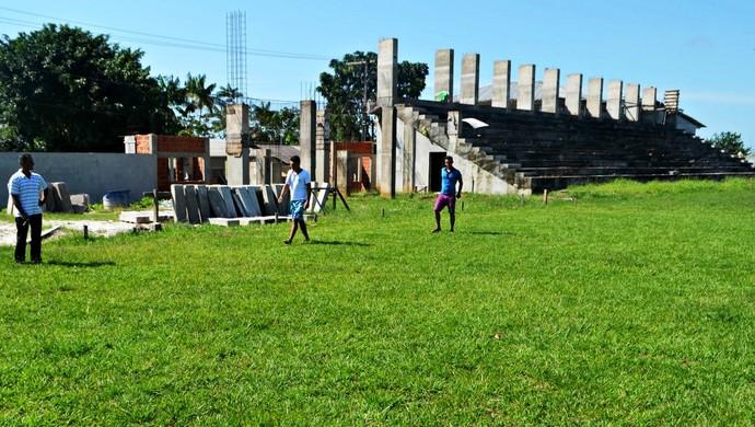 Estádio Cruzeirão, em Cruzeiro do Sul, está em reforma desde 2013 (Foto: Adelcimar Carvalho)