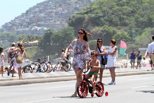 Lavínia Vlasak com o filho na orla do Rio (Foto: Wallace Barbosa\ AgNews)