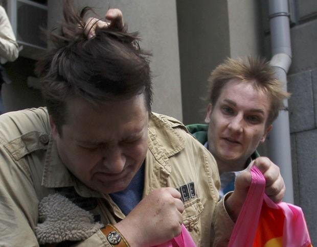 Participante da parada gay é agredido por um homem contrário ao evento no centro de Moscou (Foto: Maxim Shemetov/Reuters)