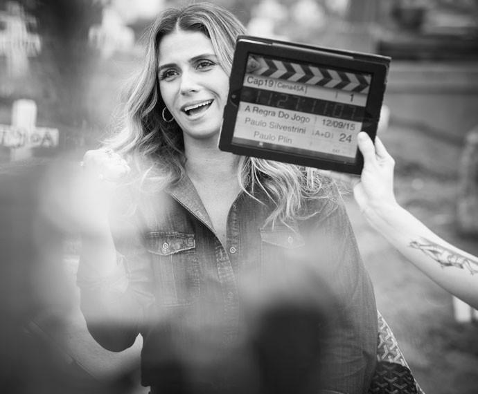 A atriz se diverte nos bastidores da gravação (Foto: Raphael Dias / Gshow)