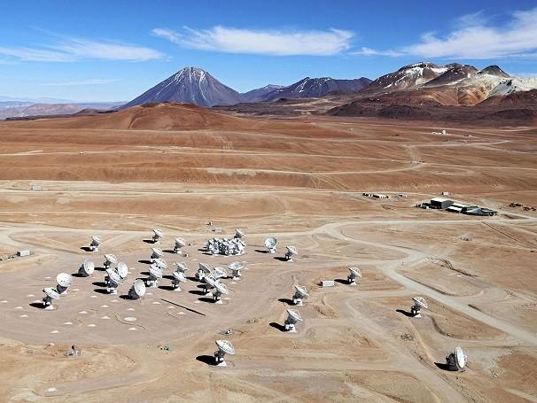 O Alma é composto por 66 antenas espalhadas no alto do Platô de Chajnantor, na Cordilheira dos Andes. A área é própria para captar a radiação de corpos frios no espaço (Foto: Clem & Adri Bacri-Normier (wingsforscience.com)/ESO)