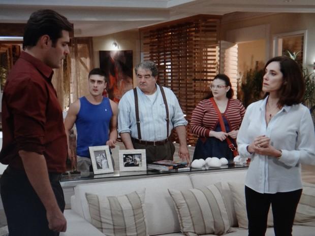 Marcos se faz de bonzinho para mãe e família de Laura (Foto: TV Globo)