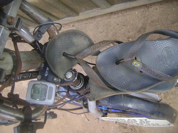 Valdeni Pinheiro disse que sandália que usou para pedalar não soltou as tiras, mas ficou com um rombo na sola (Foto: Arquivo Pessoal/Valdeni Pinheiro Alves)