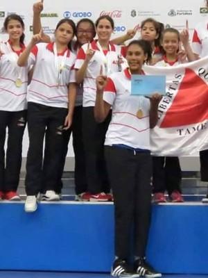 Menin do basquete (Kamilla ao centro) comemoram o título (Foto: Divulgação)