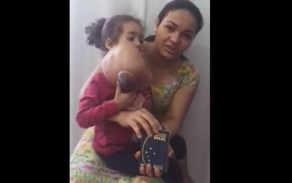 Mãe postou vídeo com os passaportes que a família tirou para viajar para a cirurgia de Melyssa (Foto: Reprodução/Facebook/Carol Braga)
