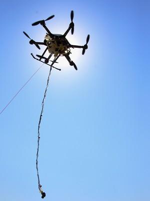 Teste com veículo não-tripulado para coleta de água em lago de Lincoln, capital do Nebraska (Foto: Nati Harnik/AP)